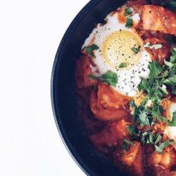 Jaja – dlaczego warto je jeść + przepis na pyszną szakszukę